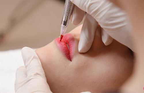 Phun môi phủ bóng collagen
