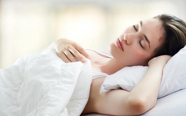 tư thế ngủ sau khi nâng ngực